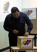 Hugo Chavez vota