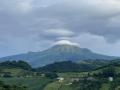Montagne-pelee chapeauté d'un nuage